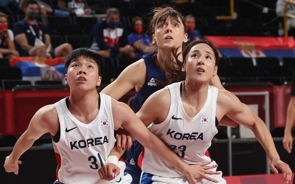 [올림픽] 협동 수비 1일 일본 사이타마 슈퍼 아레나에서 열린 도쿄올림픽 여자농구 조별리그 A조 3차전 한국과 세르비아의 경기. 한국 진안과 김단비가 리바운드볼을 노리고 있다.