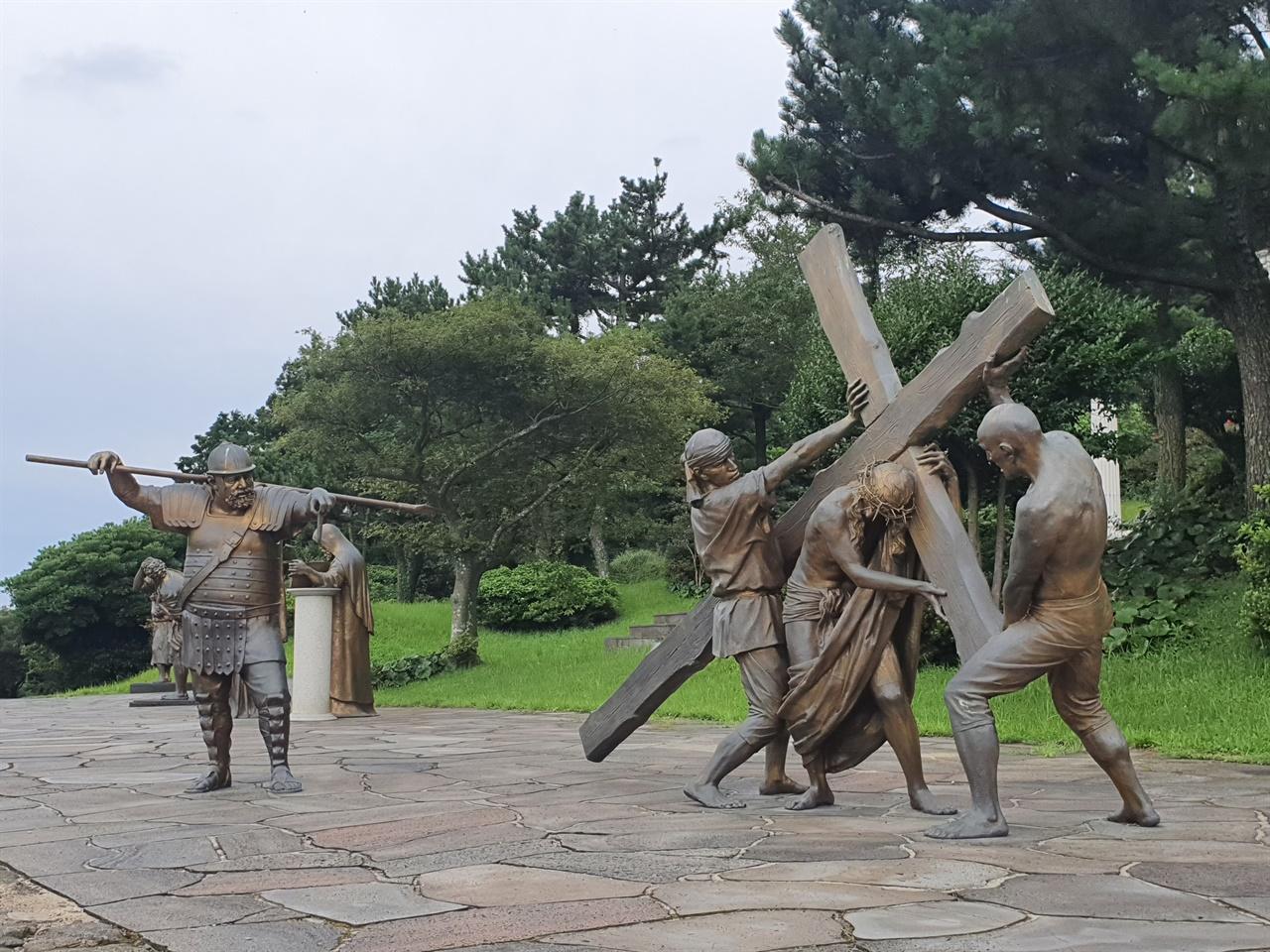 십자가의 길 새미 은총의 동산에는 예수가 사형선고를 받고 십자가에 처형되기까지의 14 장면을 생생하게 재현해놓았다.