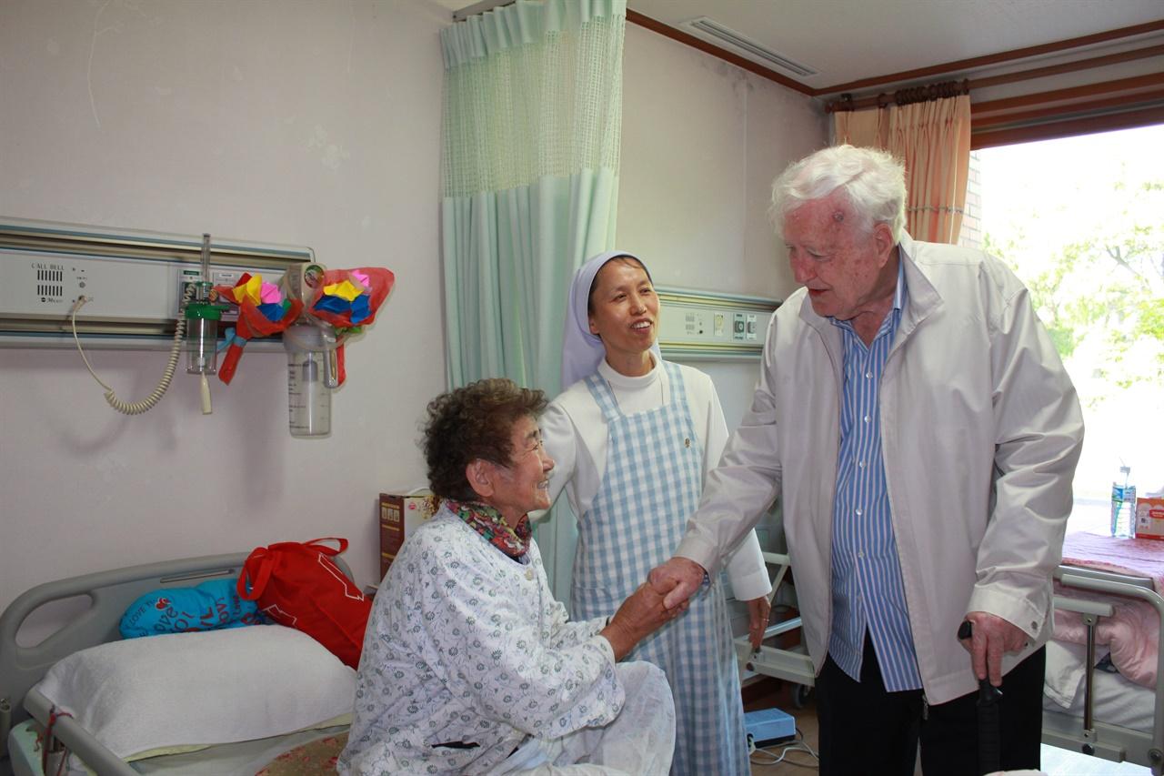 임피제 신부 성이시돌복지의원에 입원한 환자를 찾은 생전의 임피제 신부