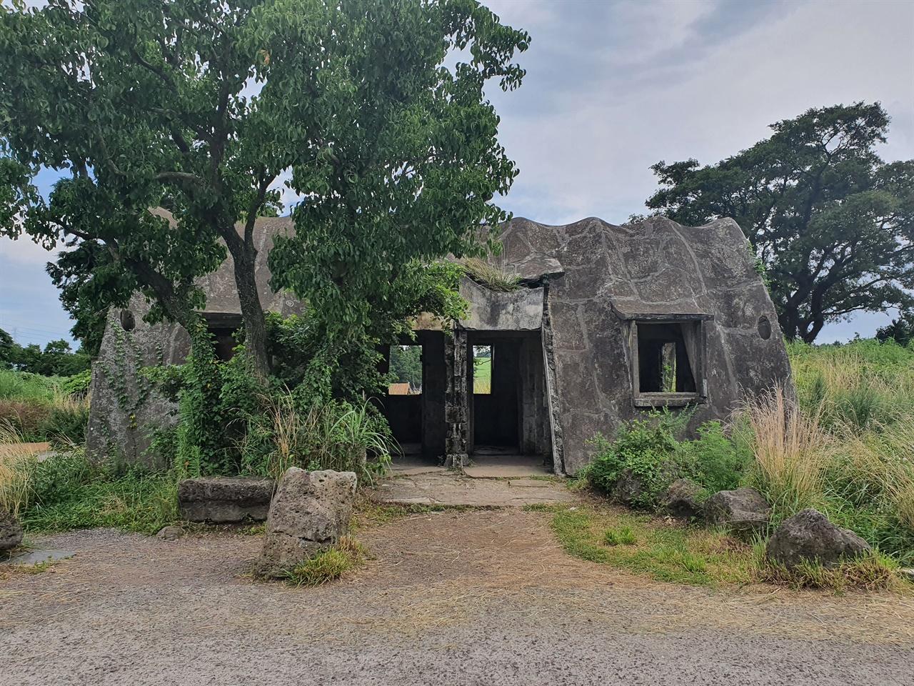 테쉬폰 성이시돌목장 지대에 남아 있는 아치형 건축양식으로, 태풍 피해가 큰 제주도에서 견딜 수 있는 구조여서 사람과 가축들이 이용했다.