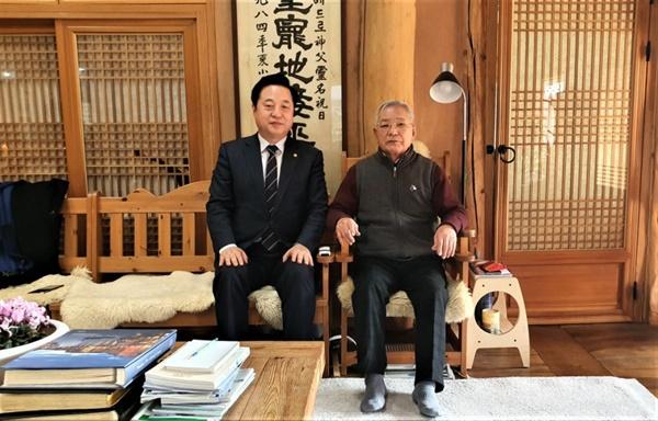 송기인 신부(천주교, 오른쪽)와 김두관 의원.