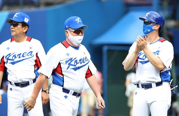 2일 일본 요코하마 스타디움에서 열린 도쿄올림픽 야구 녹아웃스테이지 2라운드 한국과 이스라엘의 경기. 7회말 11대1로 콜드게임으로 경기를 이긴 한국 김경문 감독이 더그아웃으로 향하고 있다.
