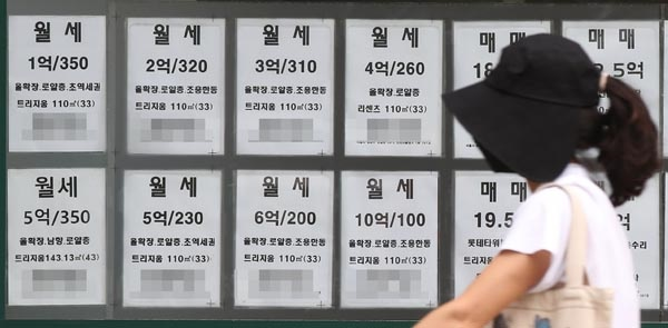 1일 오전 서울의 한 부동산중개업소에 월세 매물정보가 붙어 있다. 2021.8.1
