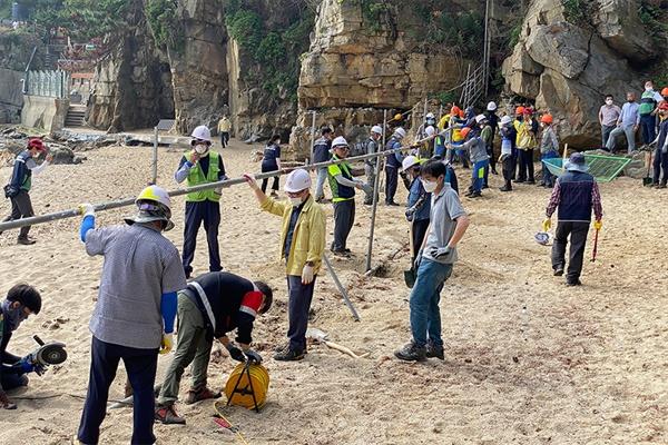 동해시(시장 심규언)는 지난 2일 감추해변 일대 불법 설치된 해변 울타리에 대한 행정대집행을 실시했다.