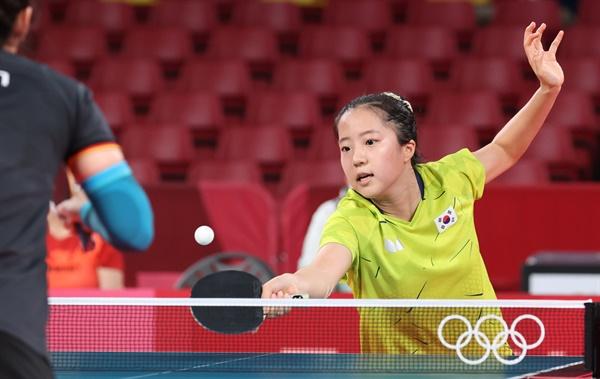 3일 일본 도쿄체육관에서 열린 도쿄올림픽 여자 탁구 단체전 8강 한국-독일 네 번째 단식. 신유빈이 독일 한잉과 경기를 펼치고 있다.