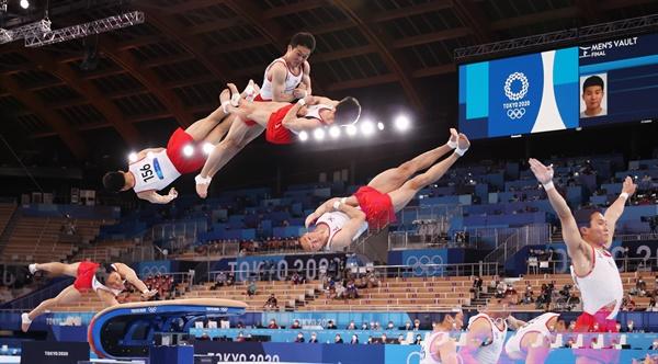2일 일본 아리아케 체조경기장에서 열린 도쿄올림픽 남자 기계체조 도마 결선에서 신재환이 1차 연기를 하고 있다.