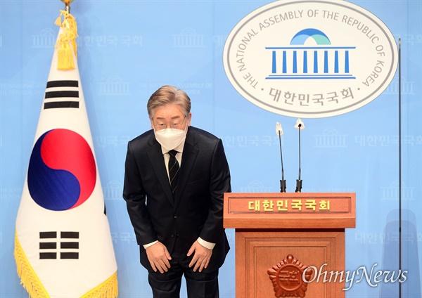 더불어민주당 대선 예비후보인 이재명 경기도 지사가 3일 오후 서울 여의도 국회 소통관에서 기자회견을 하기 전 인사를 하고 있다.