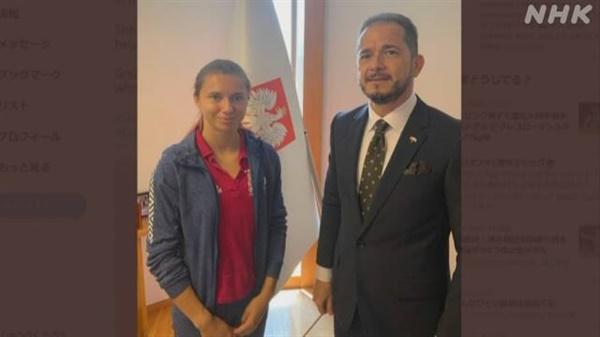 주일 폴란드대사관의 벨라루스 육상 대표 크리스치나 치마노우스카 보호 소식을 전하는 NHK 갈무리.