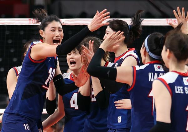 지난 4일 일본 아리아케 아레나에서 열린 도쿄올림픽 여자 배구 8강 한국과 터키의 경기에서 승리, 4강 진출에 성공한 한국의 김연경(왼쪽) 등 선수들이 환호하고 있다.
