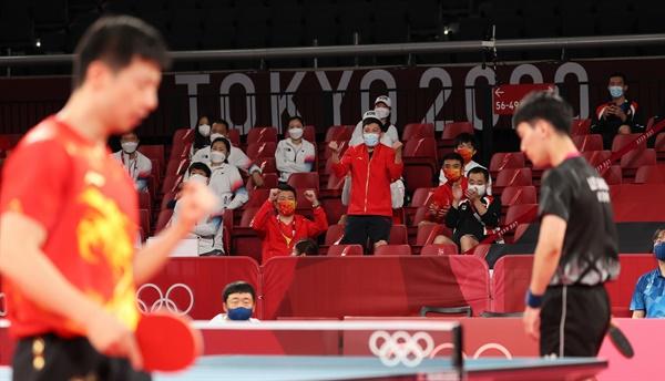 [올림픽] 한중 희비교차 4일 일본 도쿄체육관에서 열린 도쿄올림픽 남자 탁구 단체전 한국-중국 준결승. 장우진이 실점한 뒤 아쉬워하고 있다.
