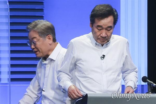 이재명 더불어민주당 대선 경선 후보가 4일 서울 마포구 YTN미디어센터에서 열린 YTN 주최 TV토론에서 이낙연 후보를 지나치고 있다.