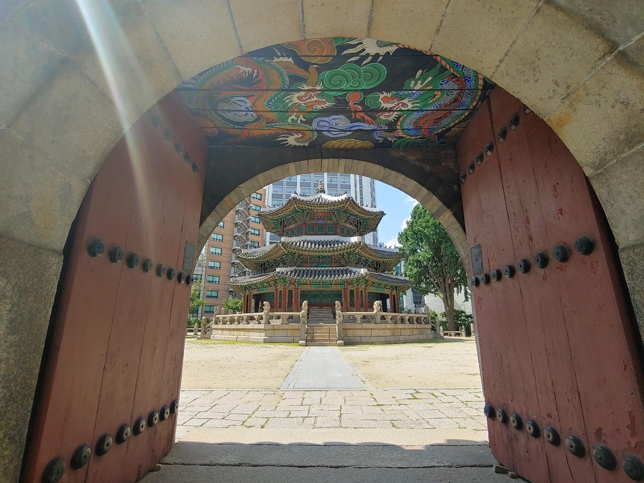 삼문과 황궁우 아치형 삼문 중 가운데 아치 문 사이로 보이는 황궁우. 대한제국 선포 2년 후인 1899년에 지어진 건물로 땅의 기운(地氣)을 상징한다.