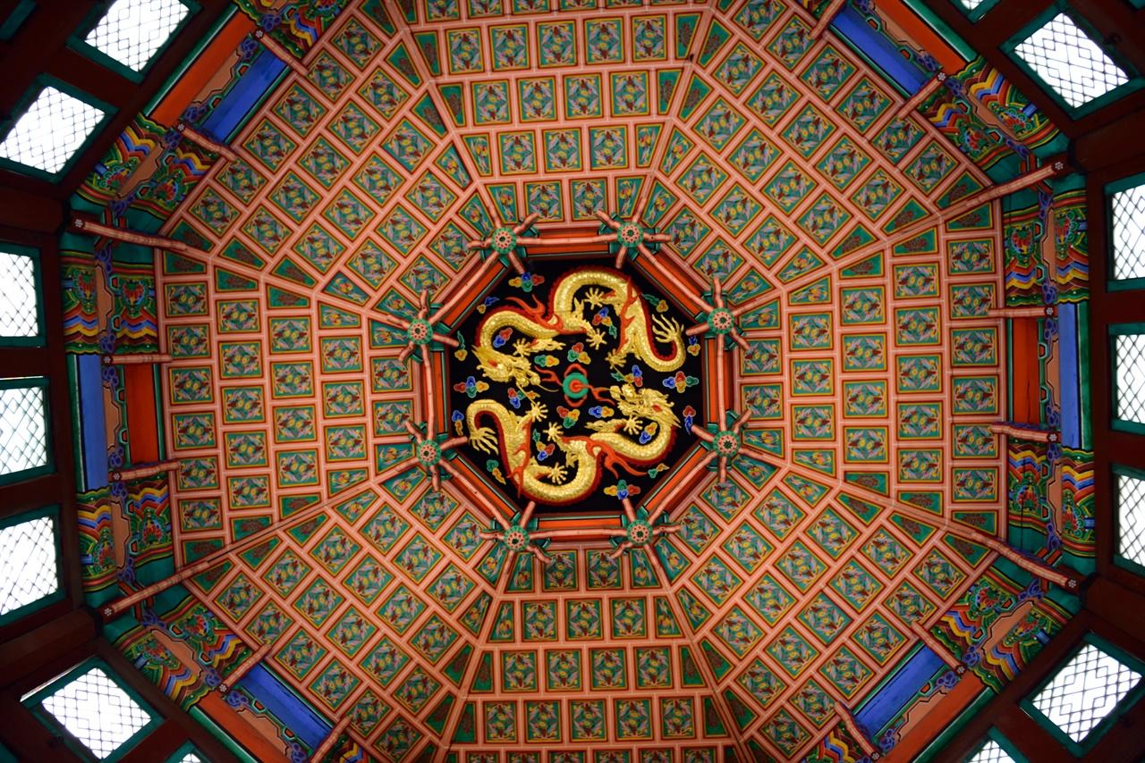 황궁우 내부 통으로 된 3층 꼭대기 한가운데 황제를 상징하는 칠조룡을 조각하고, 주변을 화려한 문양으로 장식하였다. 3층 각 면마다 설치된 3개 씩의 창을 통해 들어 온 빛이 내부 장식과 절묘한 조화를 이룬다.