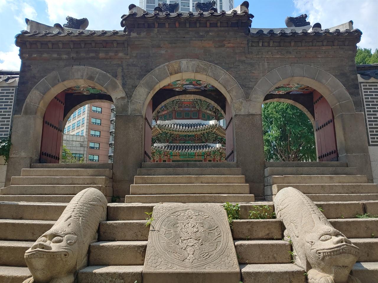 아치형 삼문 황궁우로 드는 아치형 삼문이다. 사용 된 검은 벽돌과 지붕 모양이 전형적인 청나라 풍 건축의 흔적이다.