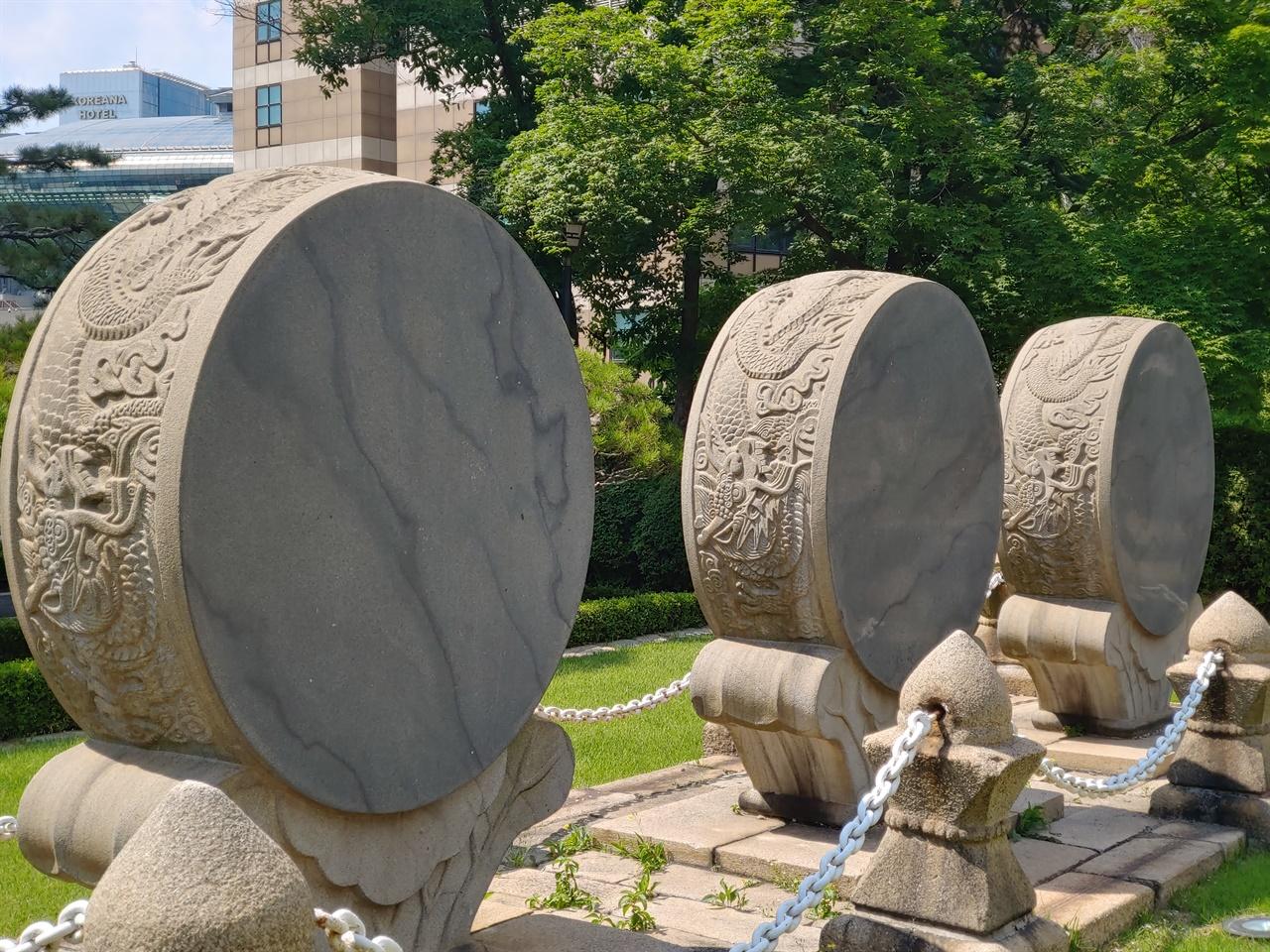 돌로 만든 3개의 북 고종 즉위 40주년을 기념하여 1902년에 만들었다. 몸체에 화려한 용 문양을 새겼다.