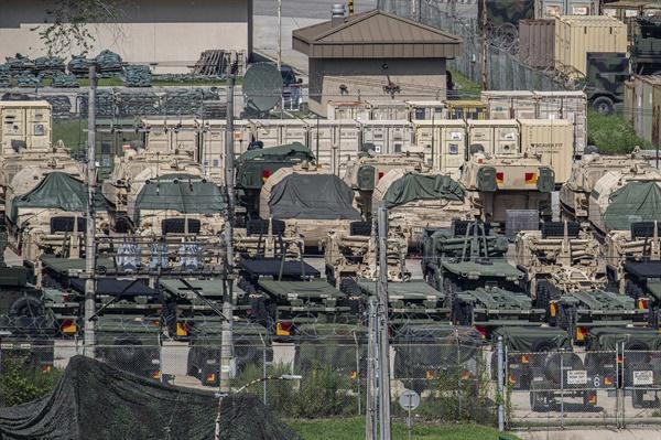 지난 5일 경기도 동두천시 주한미군 캠프 케이시에서 미군 자주포와 차량이 대기하고 있다.