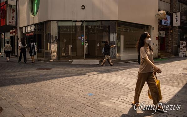 코로나19 사회적거리두기 4단계가 연장된 6일 오후 서울 중구 명동 중심상권 일대 폐업한 일부 가게들이 임대 현수막을 내걸고 있다.