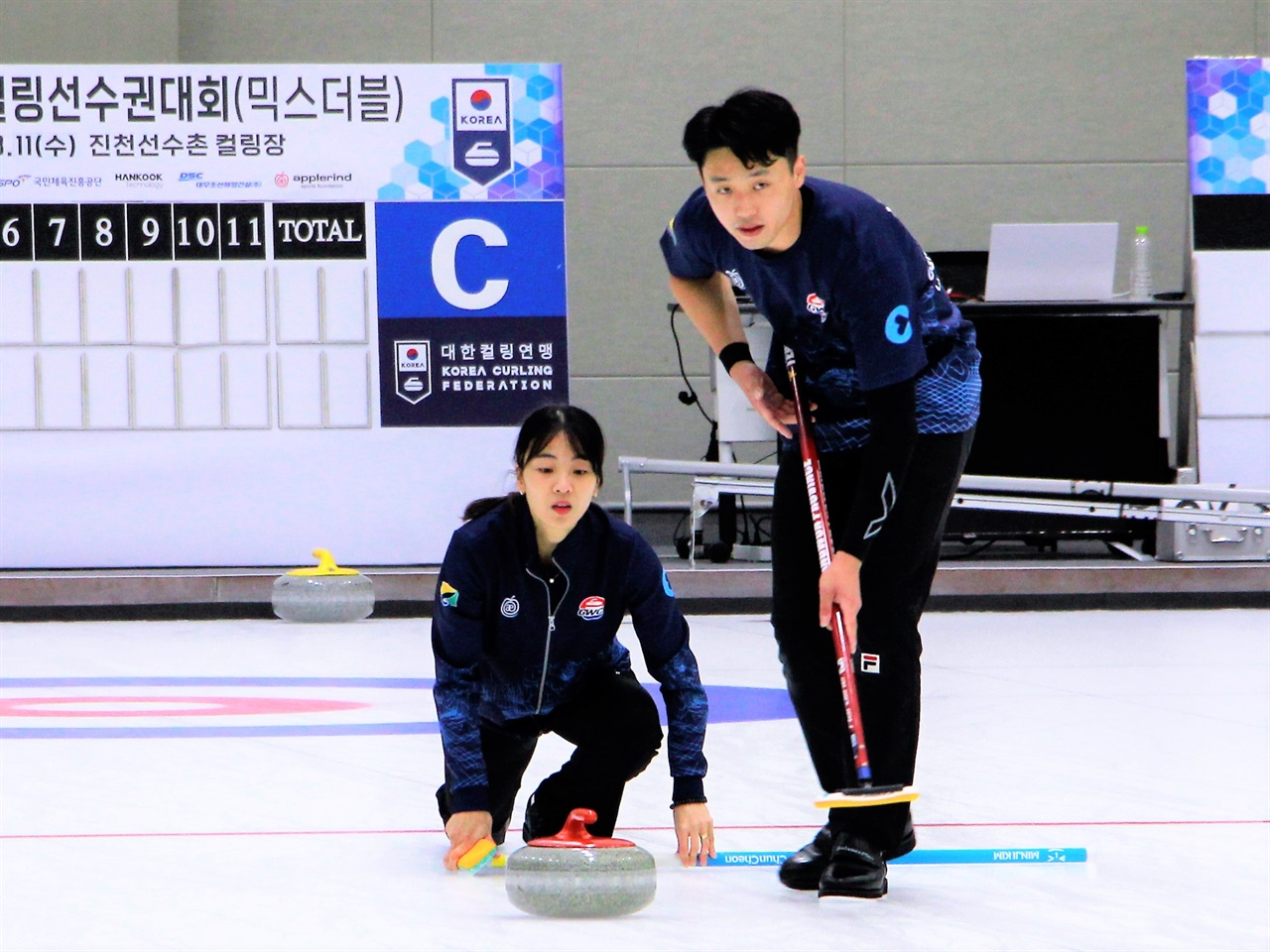 2021 KB금융 한국컬링선수권대회 믹스더블 대회에서 김민지 - 이기정 선수가 스톤을 투구하고 있다.