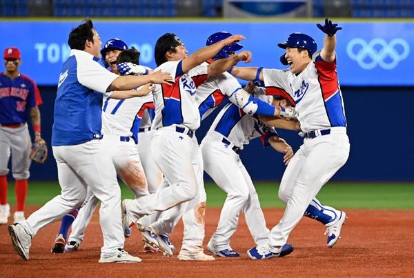 대한민국 야구 국가대표팀 대한민국 프로야구가 그들만의 리그에 머물지 않기 위해서는 그들이 실력에 비해 과도하게 사랑받고 있음을 자각해야 한다.