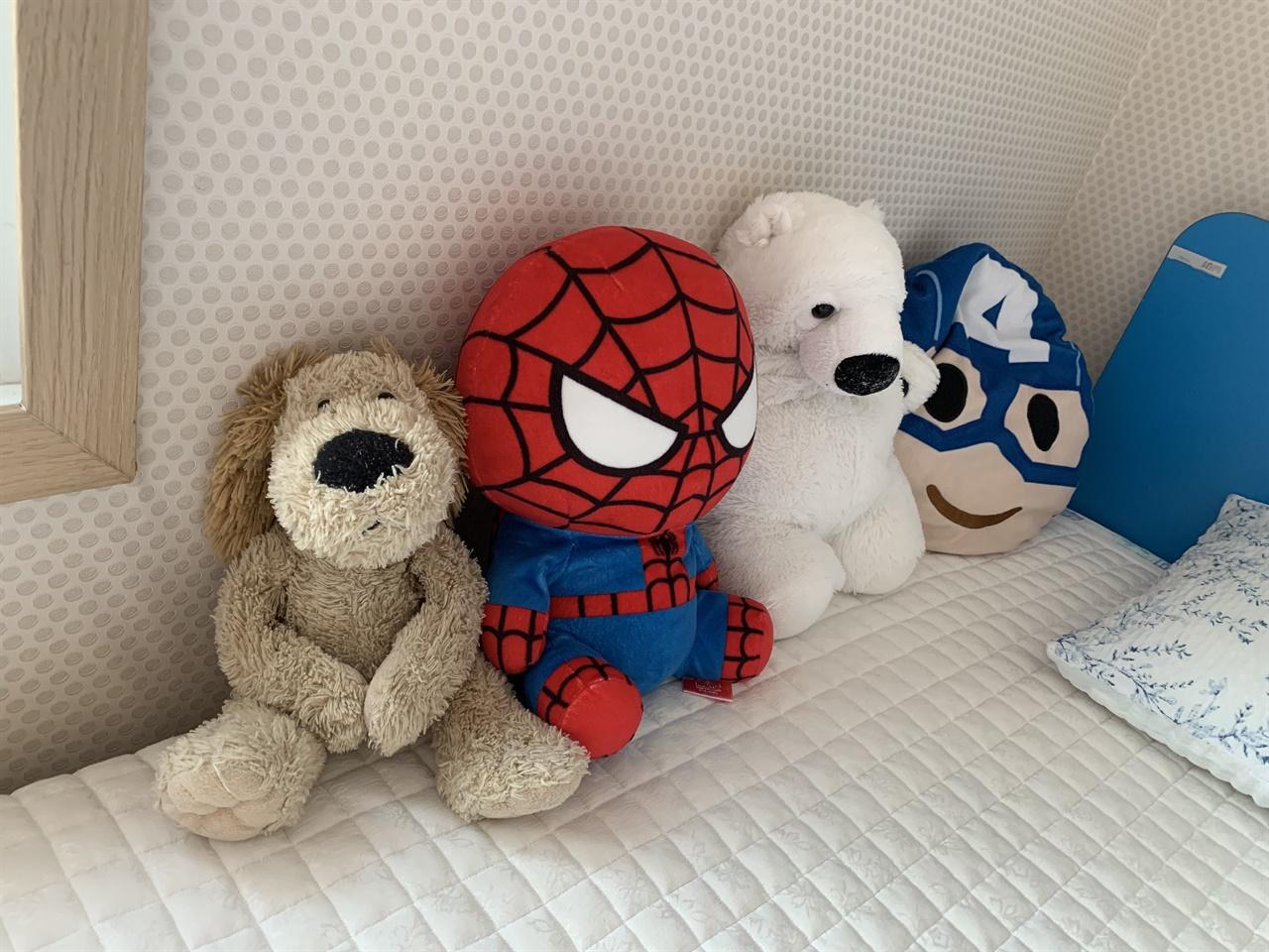 털숭이를 비롯하여 아들이 아끼는 인형들은 변함없이 녀석의 침대를 지키고 있다.