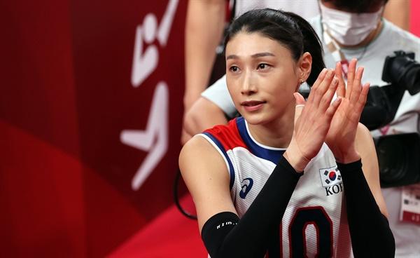 김연경이 8일 일본 도쿄 아리아케 아레나에서 도쿄올림픽 여자배구 세르비아와의 동메달 결정전 후 코트를 떠나고 있다.