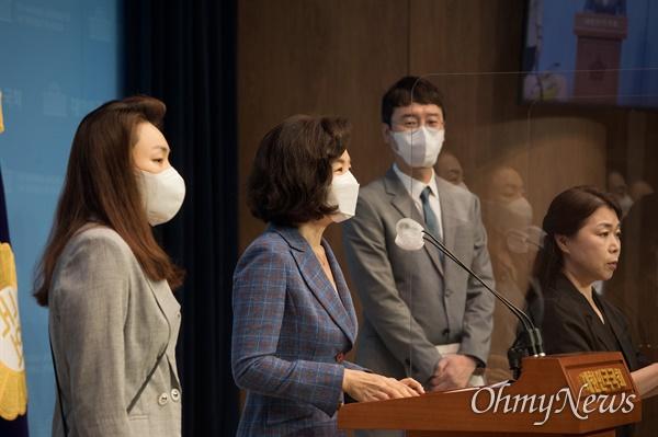 국민의힘 김예지 의원(왼쪽부터), 민현주 전 의원, 김웅 의원이 9일 오전 서울 여의도 국회 소통관에서 유승민 예비후보 캠프 대변인단 명단을 발표하고 있다.