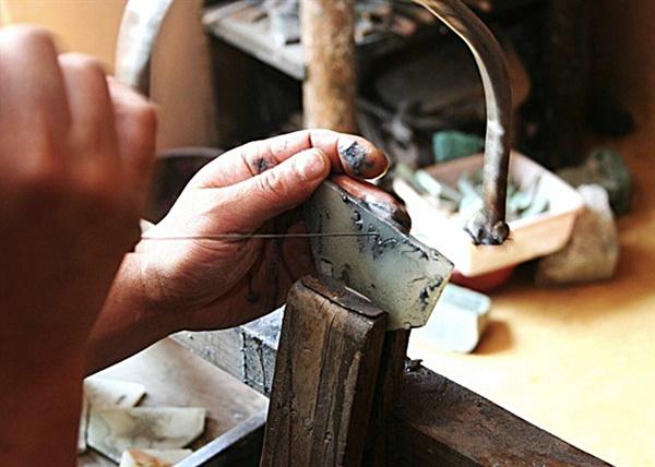 투각 기법이란 묘사할 대상의 윤곽을 제외한 나머지 부분을 구멍 내는 기법이다.