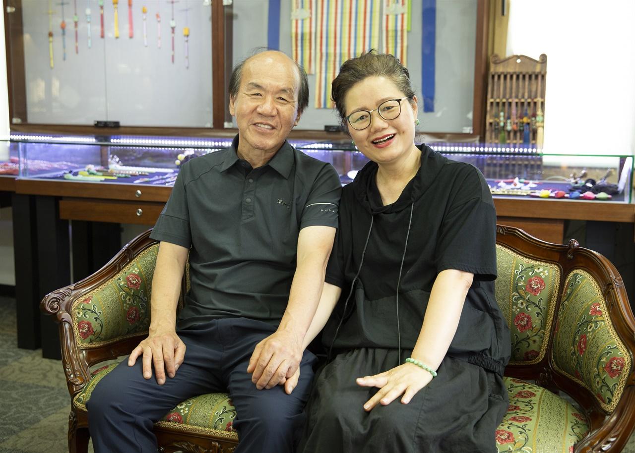 옥장 엄익평과 그의 아내 김정희 매듭장