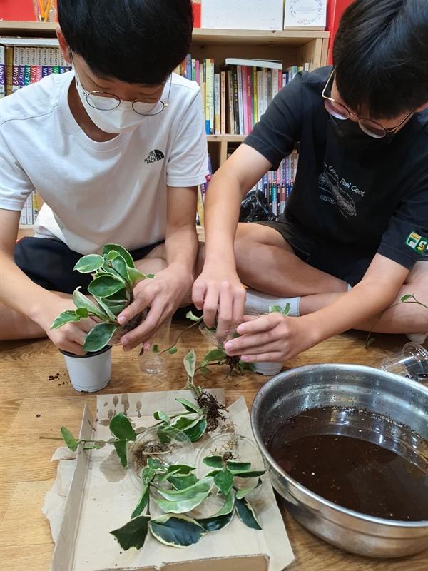 학생 김시현과 황태원의 화분만드는 모습