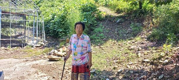 작은오빠 전우달이 학살된 충북 영동군 상촌면 고자리 숯가마 앞 전정임.