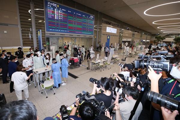 9일 오후 인천국제공항 제2터미널 입국장에서 취재진이 입국장에 들어서는 2020 도쿄올림픽 대표팀을 취재하고 있다. 2021.8.9