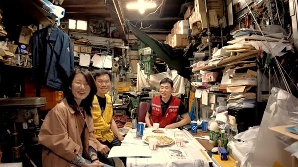공동체 라디오 '지금은 청계천-을지로 시대'는 청계천 상공인들의 일터를 배경으로 진행된다. 사진의 공간은 조무호씨(붉은 옷)의 작업실이다.