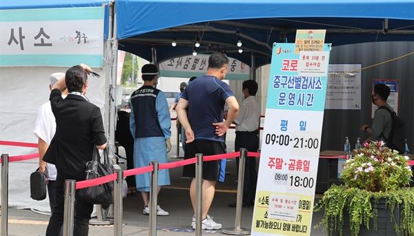 국내 신종 코로나바이러스 감염증(코로나19) 확산세가 이어지면서 12일 신규 확진자 수는 2천명에 육박했다. 중앙방역대책본부(방대본)는 이날 0시 기준 신규 확진자가 1천987명 늘어 누적 21만8천192명이라고 밝혔다. 사진은 이날 서울시 중구 서울역 선별진료소 모습