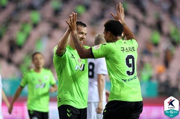 일류첸코-구스타보 전북 공격수 일류첸코 K리그1 광주전에서 후반전 득점 이후 구스타보와 기뻐하고 있다.
