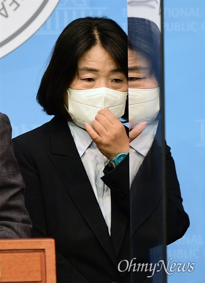 윤미향 무소속 의원이 지난 8월 12일 국회 소통관에서 쌍용자동차 손해배상 관련 탄원서 제출 기자회견에 참석하고 있다.
