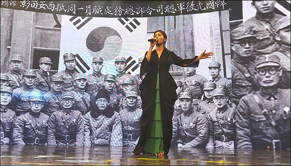 7월 13일 대전MBC 공개홀에서 정가 가수 하윤주씨가 '압록강행진곡'을 열창하는 모습.