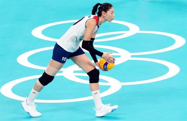 [올림픽] 김연경의 서브 8일 일본 도쿄 아리아케 아레나에서 열린 도쿄올림픽 여자배구 세르비아와의 동메달 결정전. 김연경이 서브를 준비하고 있다.
