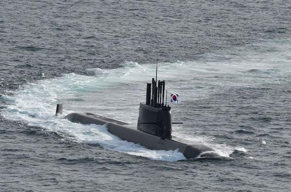 국내 독자 설계ㆍ건조한 3,000톤급 도산안창호함 취역 우리나라 기술로 독자 설계ㆍ건조된 해군의 첫 번째 3,000톤급 잠수함인 도산안창호함(KSS-Ⅲ)의 인도ㆍ인수 및 취역식이 13일 오전 거제 대우조선해양 옥포조선소에서 개최됐다. 사진은 도산안창호함 항해 모습.