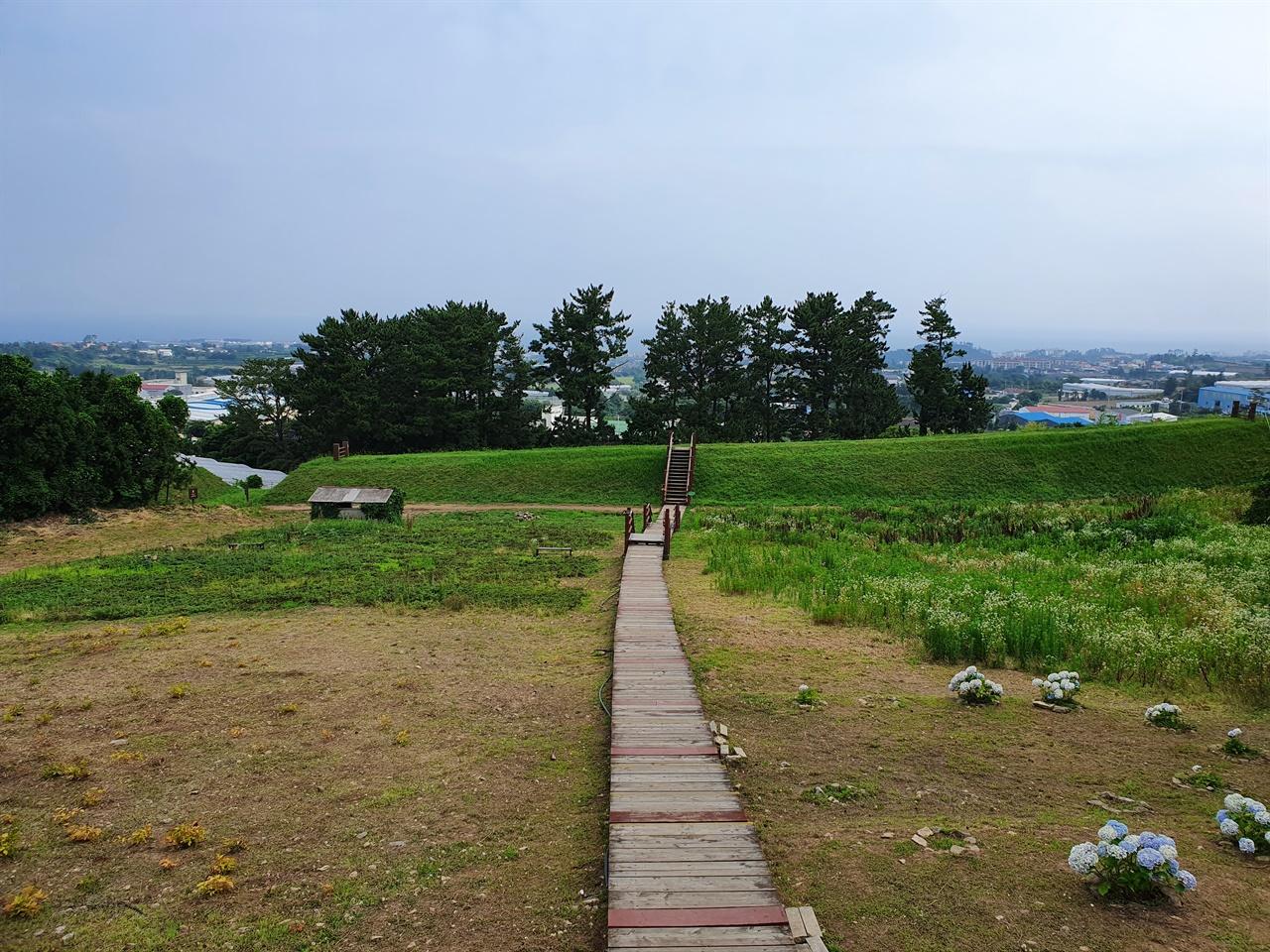 작은 돌을 약간 함유한 흙을 쌓고 다지기를 반복하면서 단단하게 조성된 3.8킬로의 토성은 잔디와 풀이 덮여 있어 걷기에 좋다.