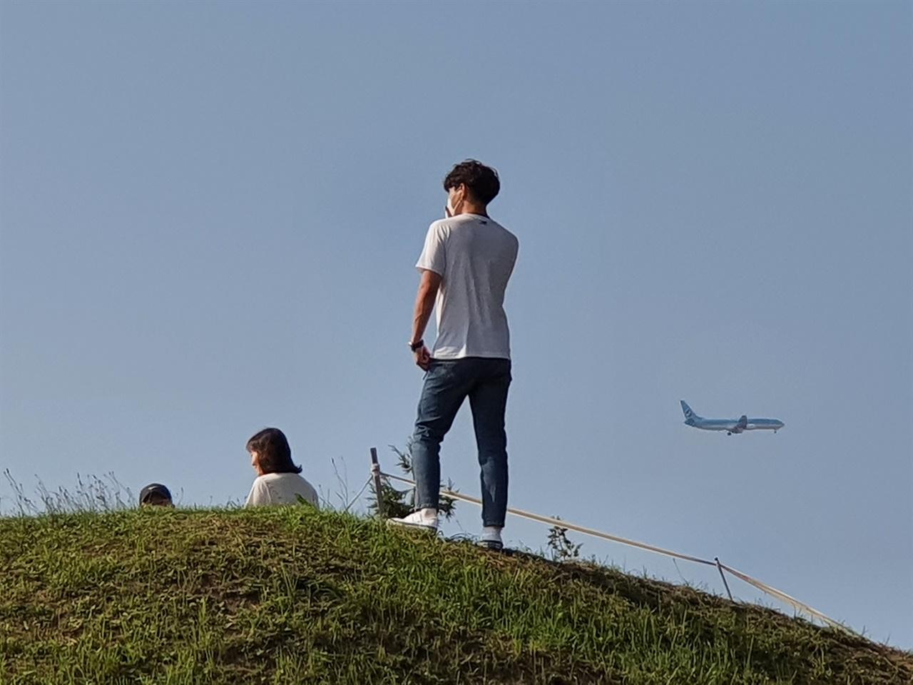 항몽유적지 토성 위에서 비행기가 지나갈 때 인생사진을 찍을 수 있다는 소문이 나면서 청춘남녀들이 많이 찾고 있다.