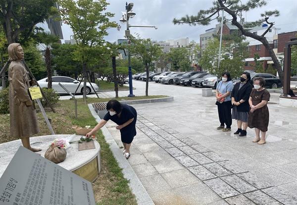 일본군강제성노예피해자 진주평화기림사업회는 13일 진주교육지원청 뜰에 있는 평화기림상을 찾아 헌화하고 정비 활동을 벌였다.