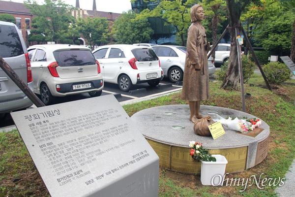 8월 14일 진주교육지원청 뜰에 있는 '평화기림상'에 장미꽃이 놓여 있다.