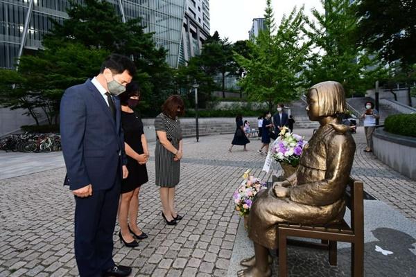 서철모 화성시장이 13일 '기림의 날'을 앞두고 정미애 화성시 여성단체협의회장과 함께 동탄 평화의 소녀상에 헌화했다.