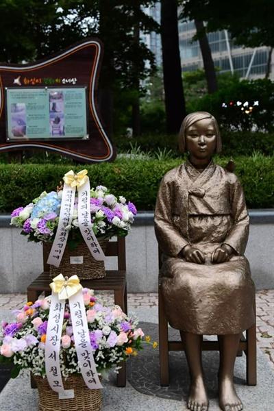 서철모 화성시장이 13일 ''기림의 날'을 앞두고 정미애 화성시 여성단체협의회장과 함께 동탄 평화의 소녀상에 헌화했다.