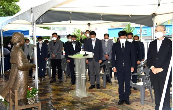 변광용 거제시장이 14일 거제문화예술회관 소공원 내 평화의소녀상 앞에서 열린 기념식에 참석했다.
