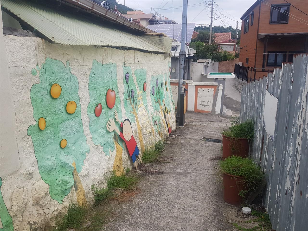 오래된 동네이지만 벽화들이 있기에 마음이 평화롭다.