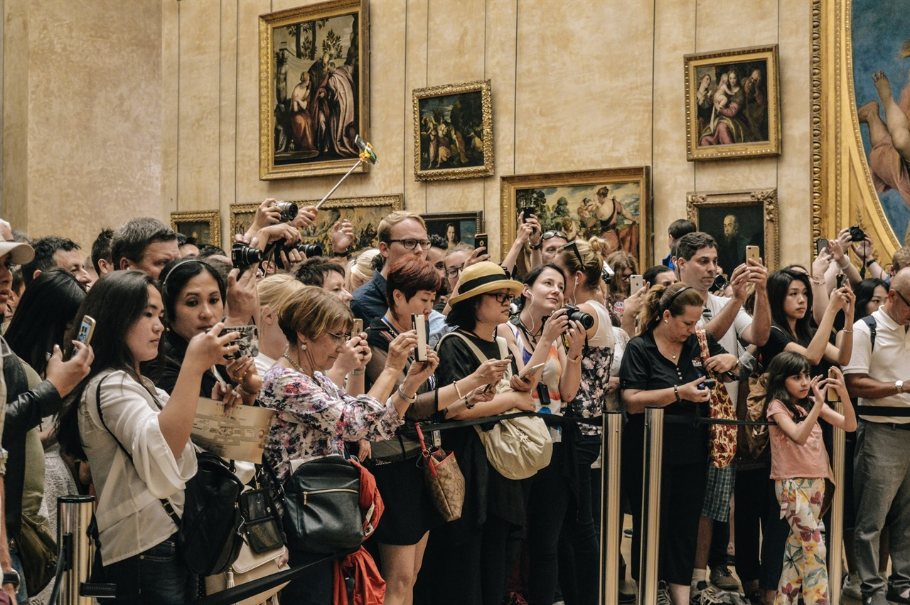 관중이 골프 대회를 보는 일은 마치 미술관이나 극장의 예술 작품을 감상할 하는 것과 비슷하다는 점에서 유래됐다고 한다.