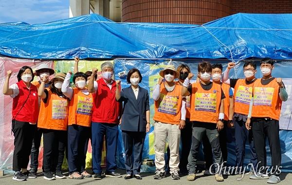 대통령선거 출마를 선언한 김재연 진보당 대표가 18일 오전 창원 마산자유무역지역 내 '한국산연' 공장 앞에서 '폐업 철회 투쟁'하고 있는 노동자들을 만났다.