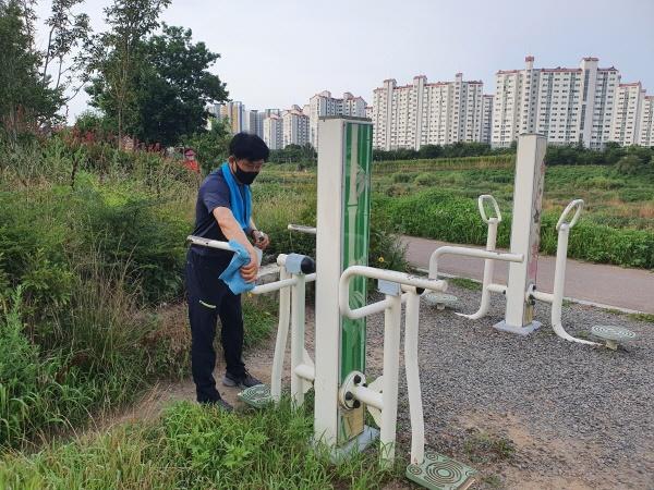 8월초 새벽 울산 중구 태화근린공원에서 운동기구 소독을 하고 있는 박태완 울산 중구청장.