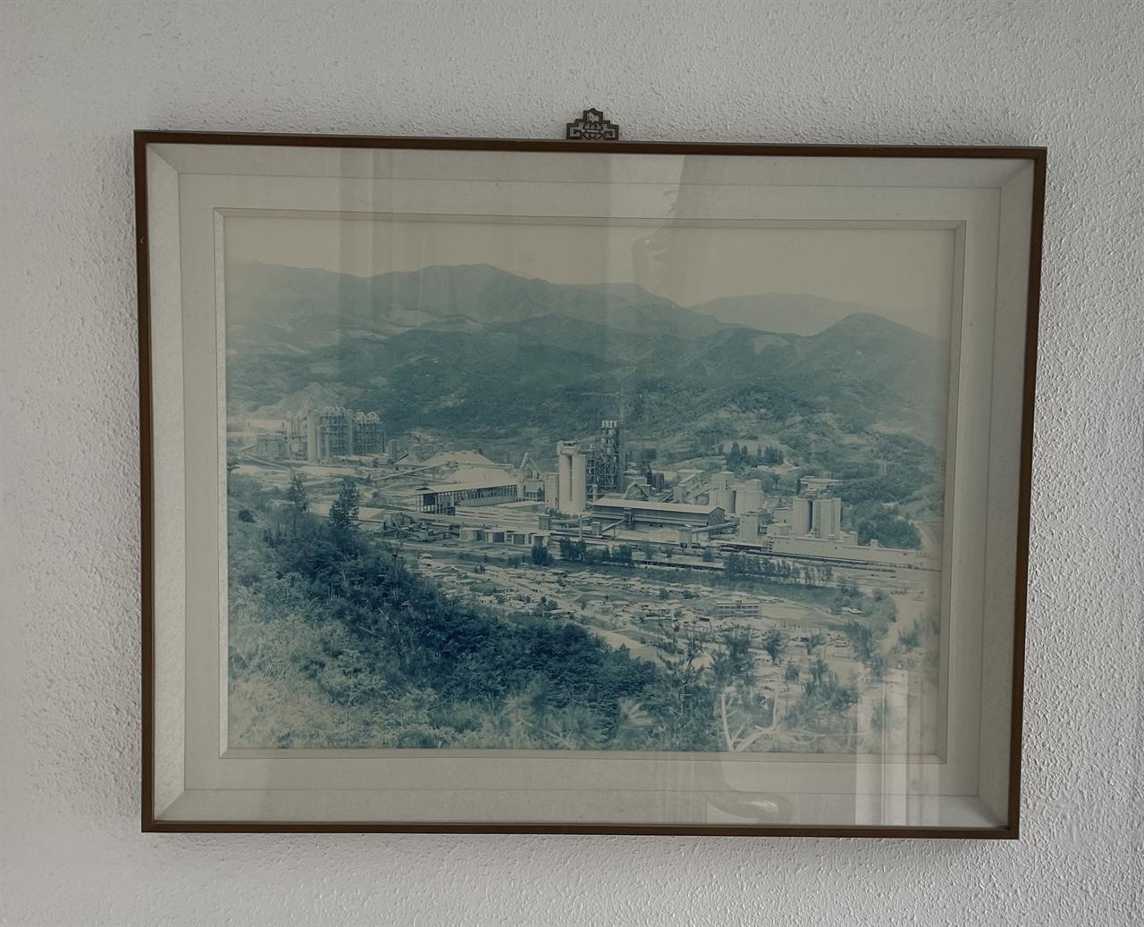 황하영 회장의 동부전기산업 건물(동해시 천곡동)에 걸려 있는 쌍용양회 동해공장 전경.